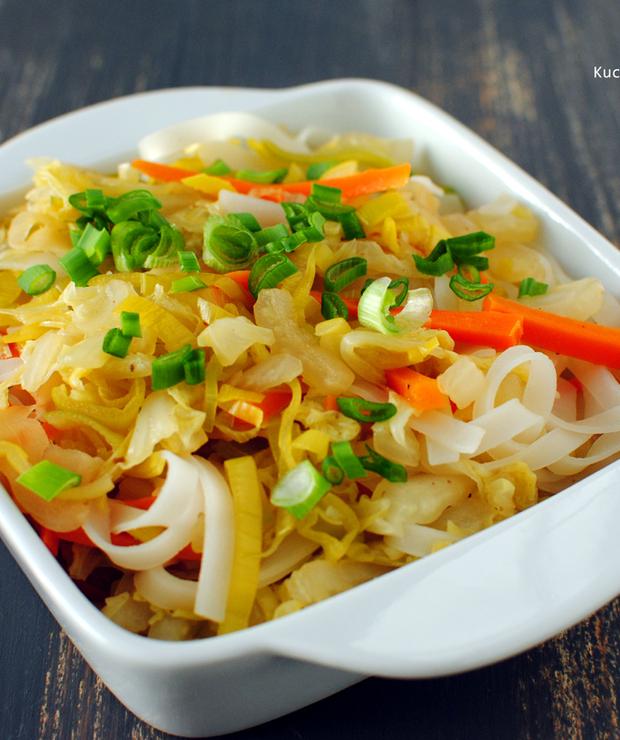 Stir fry z makaronem ryżowym, kapustą i porem - Dania z makaronu