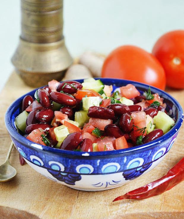 Sałatka z czerwonej fasoli z ogórkiem zielonym i pomidorem - Jarskie