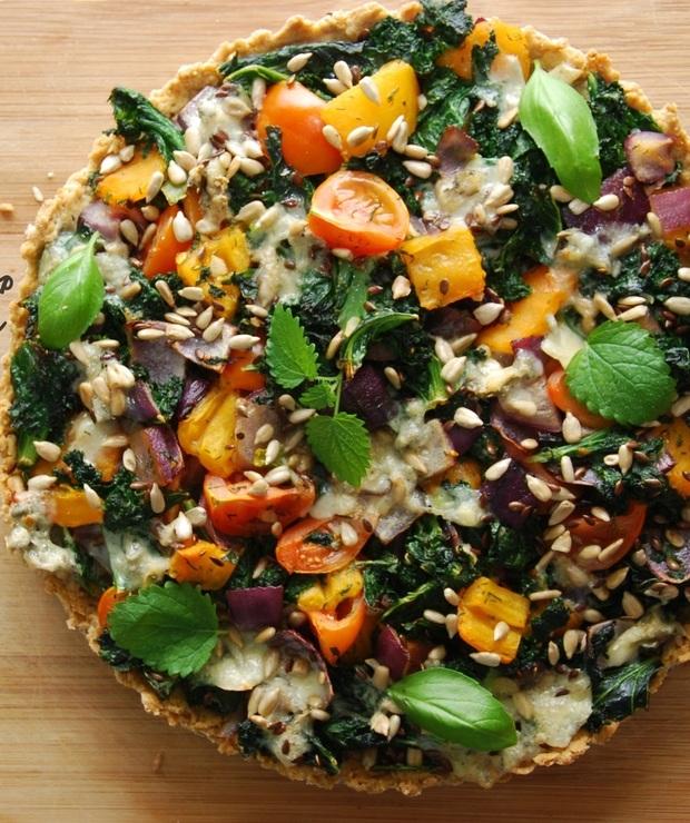 Ziołowa tarta gryczana z jarmużem i kolorowymi warzywami - Przystawki i przekąski