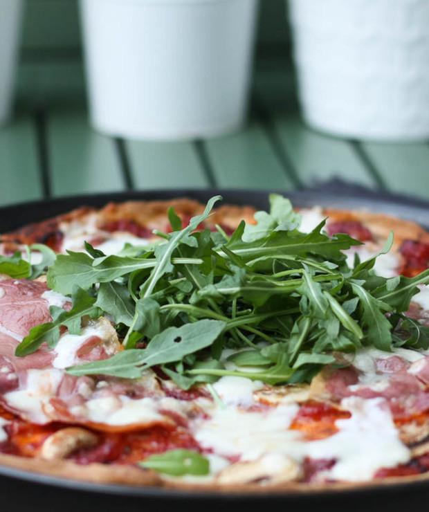 Pizza z szynką parmeńską, mozarellą i rukolą - Pizza i calzone