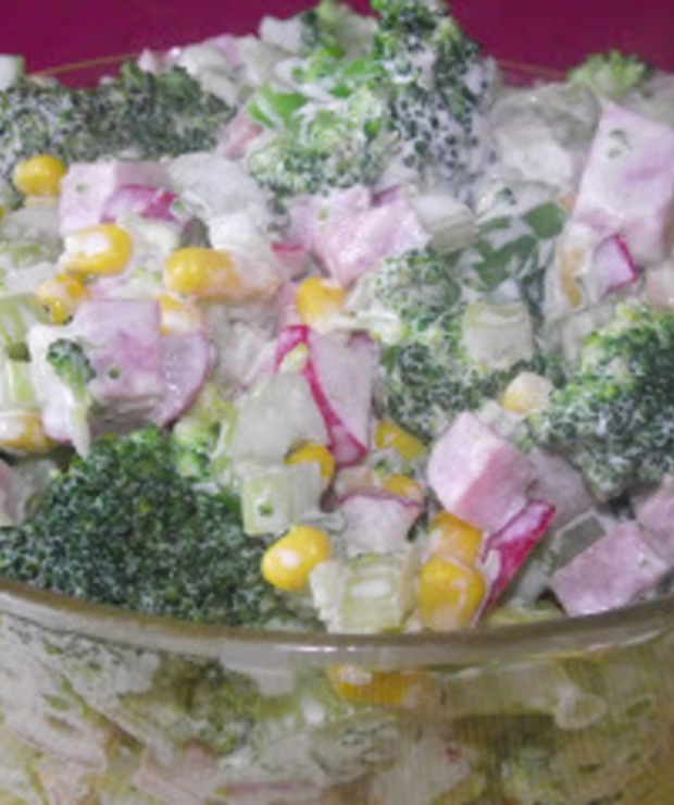Sałatka z brokułem, selerem naciowym i szynką - Mięsne