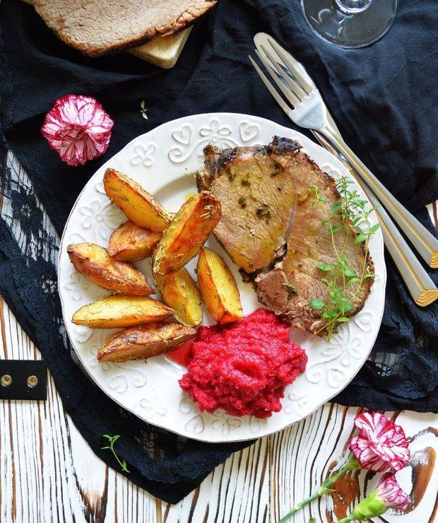 Szynka cielęca pieczona w tymianku i czosnku niedźwiedzim podawana z pieczonymi ziemniakami - Cielęcina