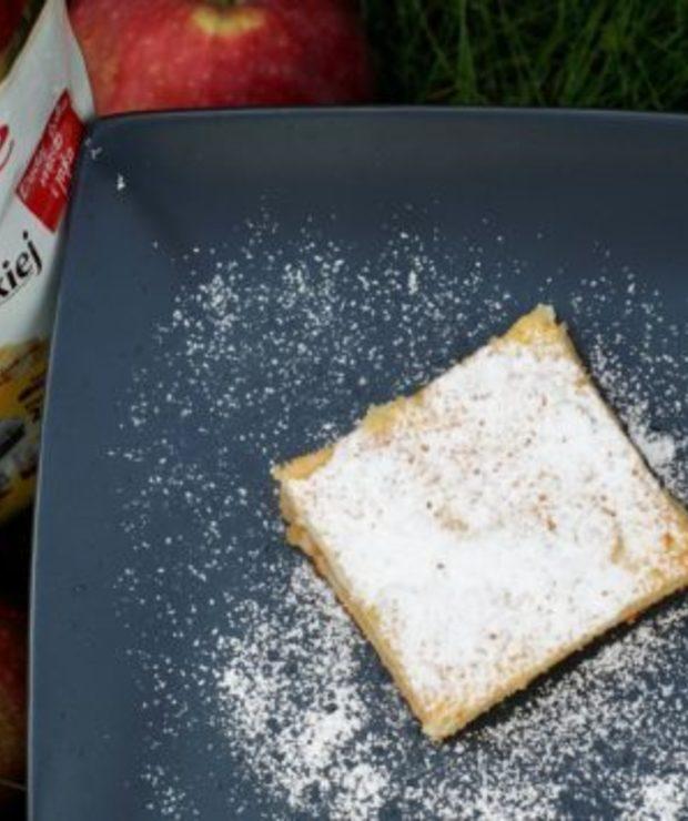 Kruche ciasto z jabłkami i masą budyniową. - Kruche