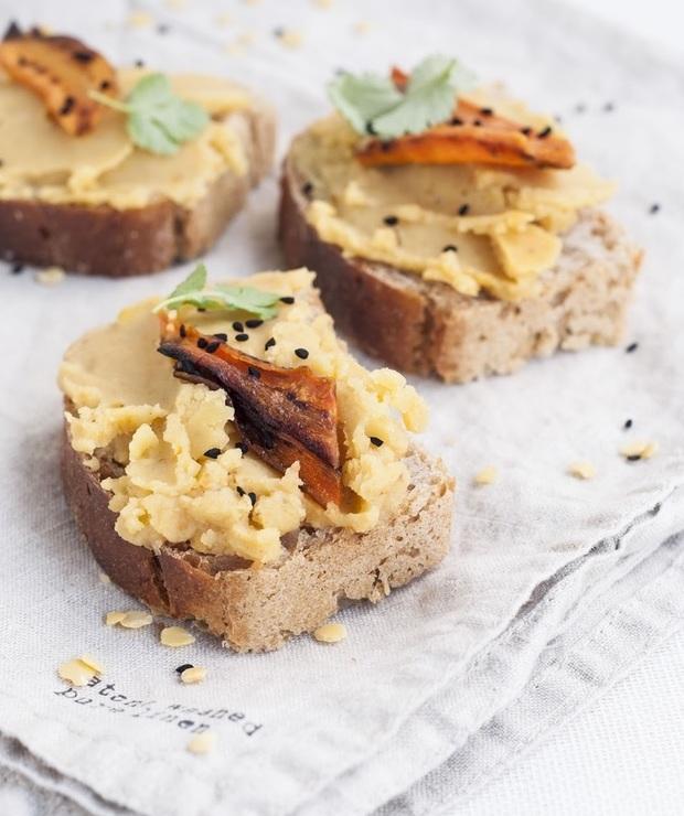 Pasta z żółtej soczewicy z pieczonym czosnkiem i marchewką - Pasty do chleba