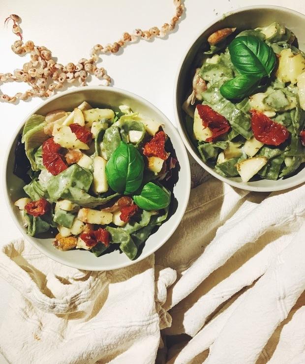 Makaron z grogonzolą, gruszką i orzechami włoskimi  - Dania z makaronu