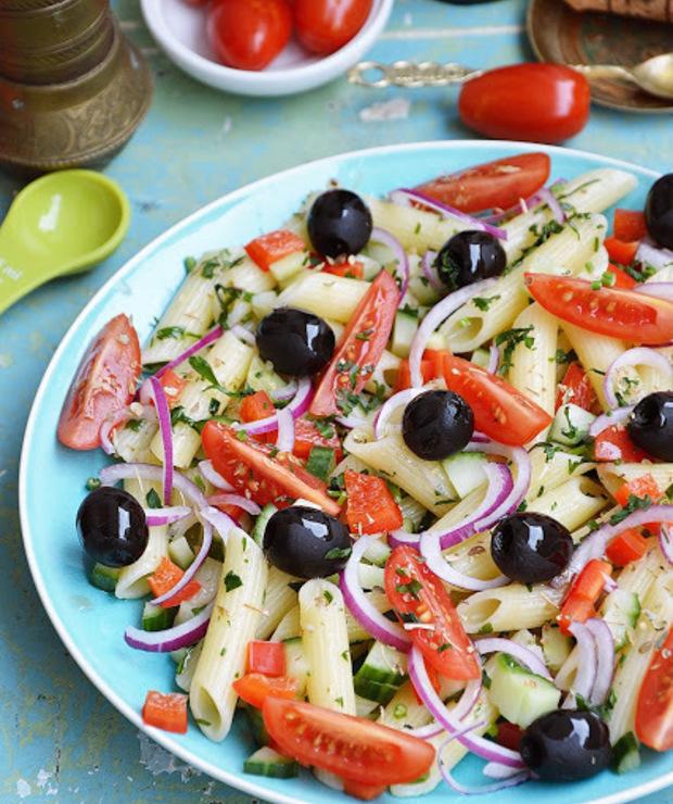 Sałatka makaronowa z czarnymi oliwkami, papryką i pomidorkami koktajlowymi - Surówki