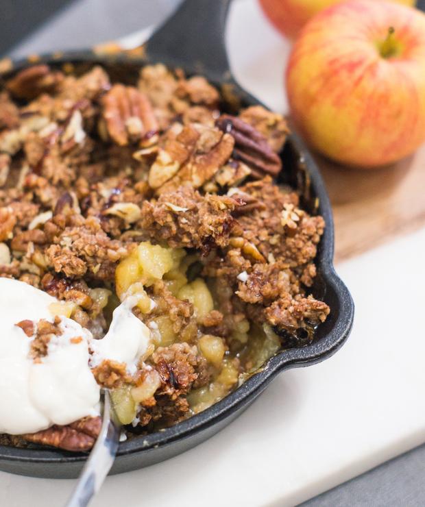 Jabłka zapiekane pod owsianą kruszonką (wegańskie) - Desery i ciasta