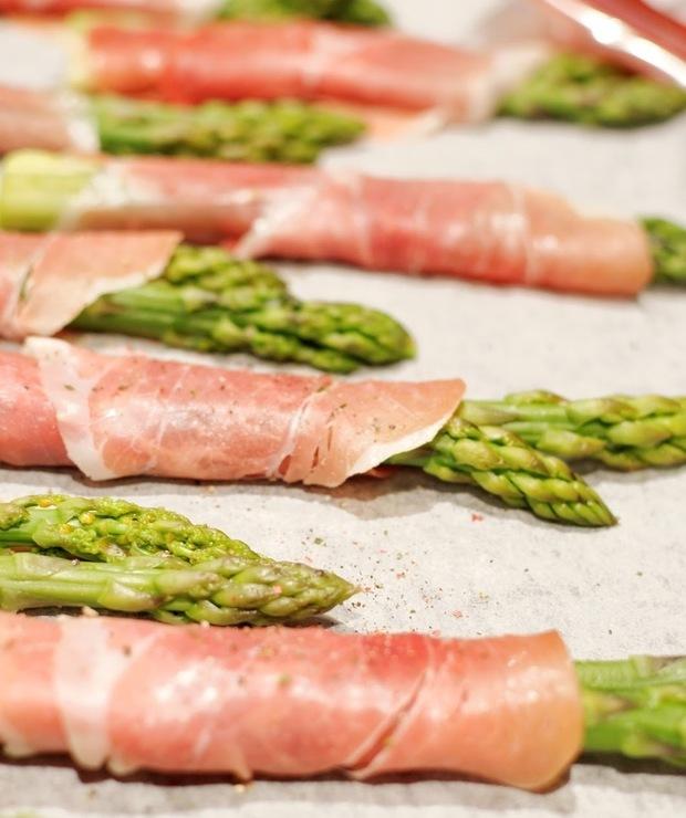 Zielone szparagi w szynce serrano - Na gorąco