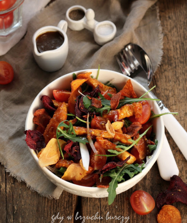 Sałatka z kurczakiem i warzywnymi chipsami - Surówki