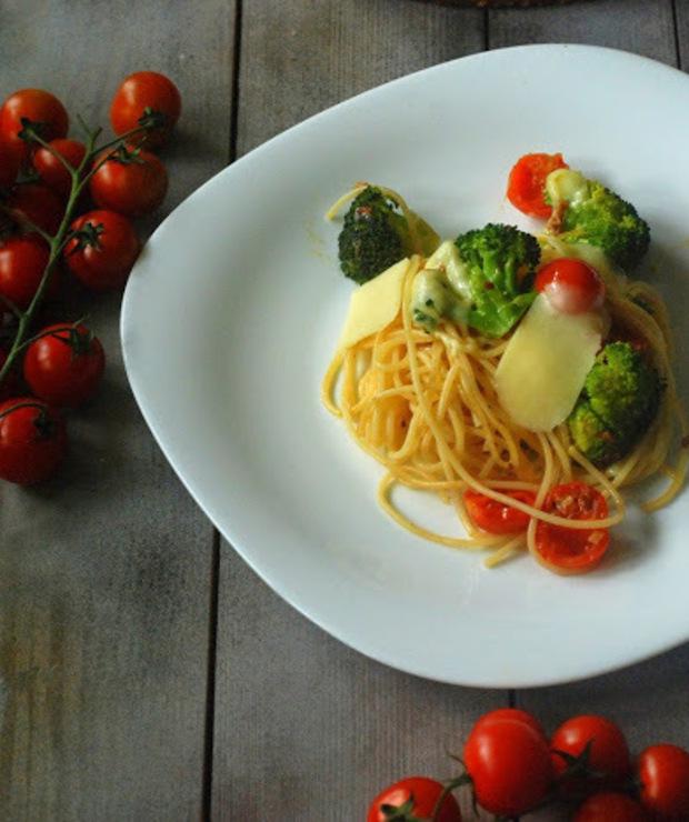 Spaghetti z brokułem i pomidorami - Dania z makaronu