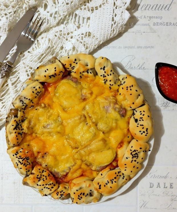 Placek z boczkiem i białą kiełbasą - Pizza i calzone