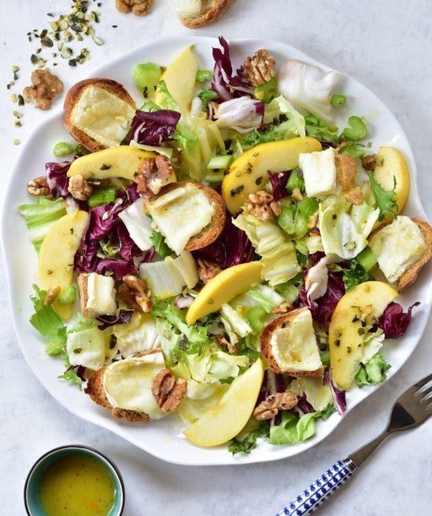 Sałatka z selerem naciowym, jabłkiem, orzechami włoskimi i kozim serem - Jarskie