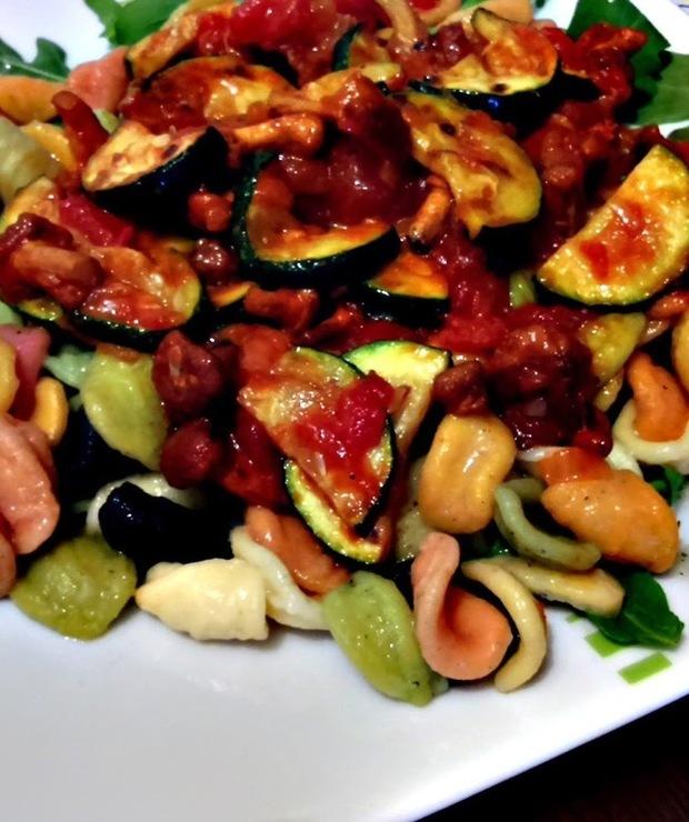 Kurki w sosie pomidorowym z grillowaną cukinią - Dania z makaronu