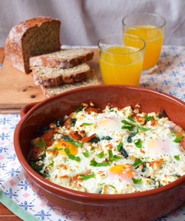 Jajka zapiekane ze szpinakiem, fetą i wędzonym śledziem - Jajka i omlety