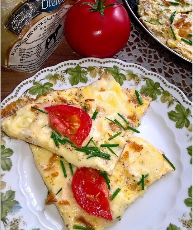 Szybki omlet z serem korycińskim, prażoną cebulką i dodatkami - Jajka i omlety
