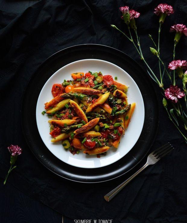 Kluski ziemniaczane z zielonymi szparagami, pomidorkami koktajlowymi i pieczenią cielęcą - Inne