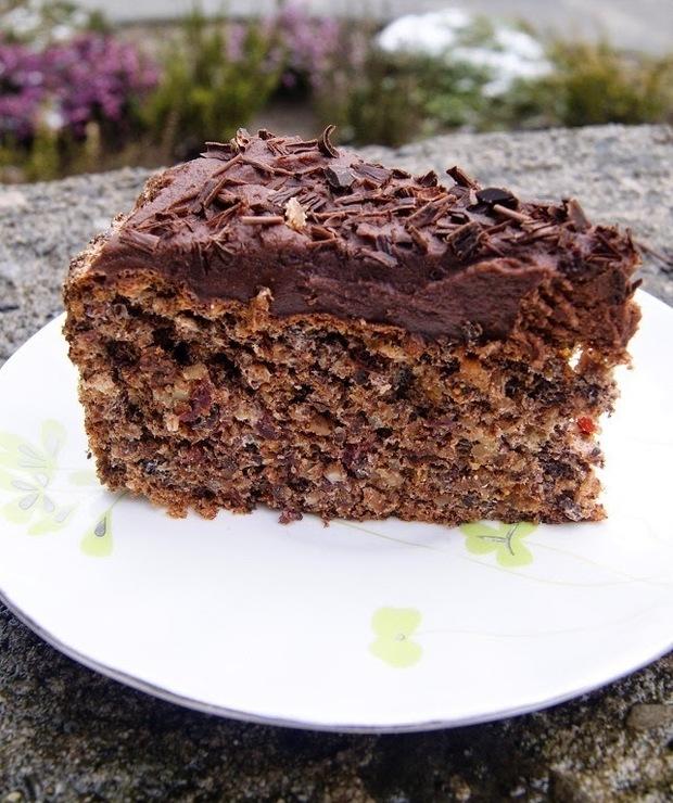 Czekoladowe ciasto bezowe z orzechami i bakaliami - Desery i ciasta